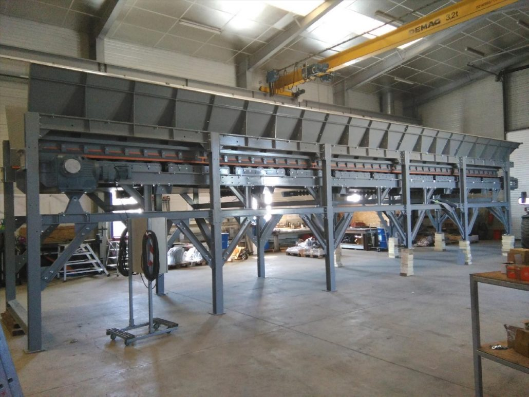 Infeed hopper enables the sorting line to be supplied with waste